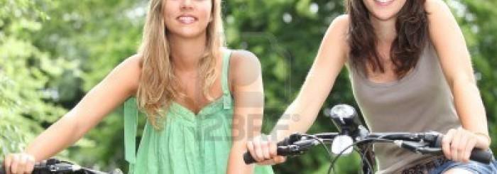 12103721-due-ragazze-adolescenti-andare-in-bicicletta-in-campagna